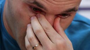 Iniesta gözyaşları içinde futbolu bıraktı !