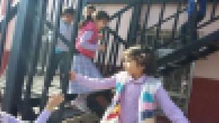 Erkek ve kız öğrencilerin aynı merdivenleri kullanması da rahatsız etmiş