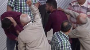 Sokak ortasında oğlunu evire çevire dövdü
