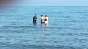 Milletvekili adayı takım elbiseyle denize girip oy istedi