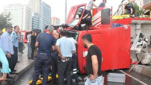 Göreve giden itfaiye aracı devrildi: 3 yaralı