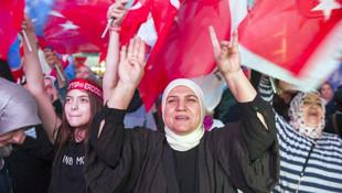 AK Parti Genel Merkezi önünde kutlama başladı