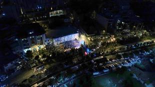 AK Parti İstanbul İl Başkanlığı önünde coşkulu kalabalık