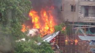 Şehrin ortasına uçak düştü: 5 ölü