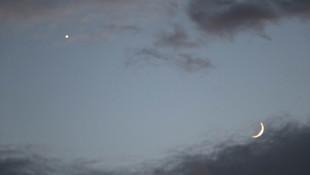 Gökyüzünde ay ile yıldızın buluşması