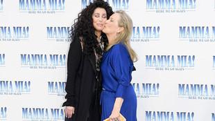 İki kadın starın dudak dudağa pozu olay oldu