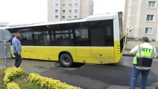 İstanbul'da İETT otobüsü geçerken yol çöktü