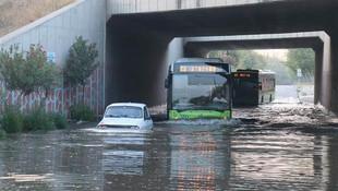 Sulama kanalı taştı, araçlar mahsur kaldı