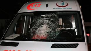 Magandalar yine iş başında; ambulansa taşlı sopalı saldırı