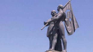 Atatürk heykeline pantolon dikmeye kalkıştılar