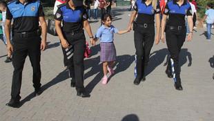 6 yaşında polis eskortuyla okula gidebildi