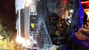 TEM'de servis midibüsü devrildi: 2 ölü 17 yaralı