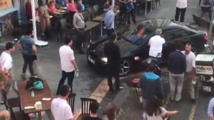 Lüks otomobiliyle insanların üzerine sürdü