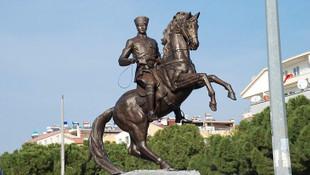 ''Bakan olsam son 40 yılda yapılan Atatürk heykellerini yıkar atarım''