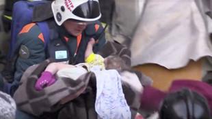 Bebek 35 saat sonra enkazın altından çıktı