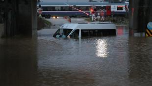 Adana'da evleri su bastı, caddeler göle döndü