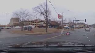 Araç koltuğuyla yola düşen çocuğu annesi fark etmedi