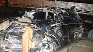 Lüks otomobil TIR'a çarptı: Ölü ve yaralılar var