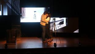 Ahu Yağtu tiyatro sahnesinde