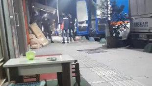 Kargoları savurarak kamyona yükleyen 5 kişi kovuldu