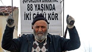 88 yaşındaki adam, görmeyen gözlerle çöp toplayarak ailesine bakıyor