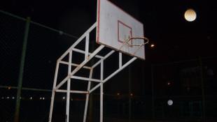 Kendini basket potasına asan genç son anda kurtarıldı