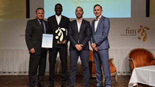 Fooball Is More Derneği, Demba Ba'ya Rol Model ödülü verdi