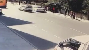 Pendik'te otomobil durağa daldı: Yaralılar var