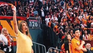Karnı burnunda eşinin maçına gitti, tezahürat yaptı