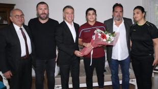 Ahmet Ağaoğlu, Busenaz Sürmeneli'yi ziyaret etti