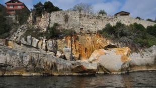 Amasra Kalesi'nin altındaki kayalıklar çöktü