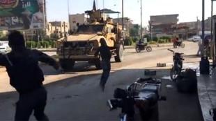 Teröristler Amerikan askerlerini taşladı