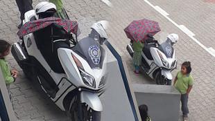 Küçük kız çocuğu polis motoruna öyle birşey yaptı ki...