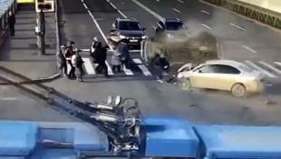 Feci kaza kamerada ! Çarpışan araçlar yayaları ezdi