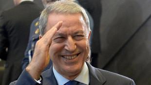 Kritik NATO toplantısında asker selamı !