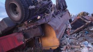 Feci kaza ! Hafriyat kamyonu İETT otobüsüne çarparak şarampole uçtu