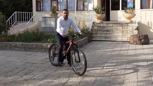 AK Partili başkan makam aracını bıraktı, bisiklete biniyor