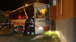 Özel halk otobüsü evin balkonuna uçtu
