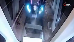 Frenleri tutmayan tramvayın diğer tramvaya çarptığı an kamerada