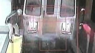 Metroda akılalmaz olay! Saniye saniye görüntülendi...