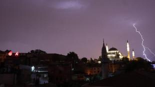 Sağanak yağış İstanbul'u fena vurdu!