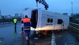 TEM'de servis aracı devrildi: 11 yaralı
