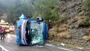 Sivas'ta mahkum nakil aracı devrildi: Yaralılar var