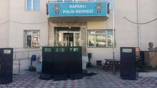 Polis merkezinde, polisi göğsünden bıçakladı