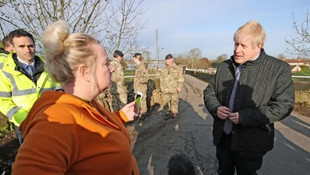 Sel bölgesine geç giden Başbakan Johnson'a tepki