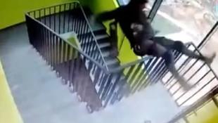 Merdiven boşluğundaki korkunç anlar kamerada