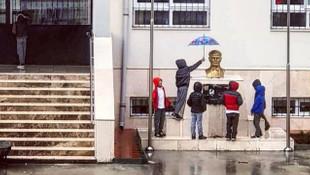 Atatürk büstünü saatlerce yağmurdan korudular
