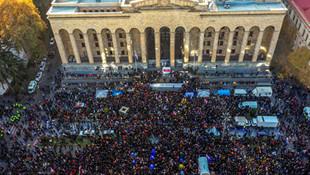 Gürcistan da karıştı ! Binlerce kişi parlamentoyu kuşattı