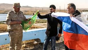 Rus komutan YPG paçavrasıyla poz verdi
