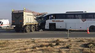 TIR'la otobüs çarpıştı: 2 ölü 20 yaralı  Kaynak Yeniçağ: Son dakika | TIR'l